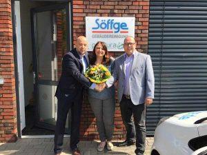 Unser Makler Kai Arnold überreicht zur Einweihung Jasna Botic und Stefan Martin einen Blumenstrauß.